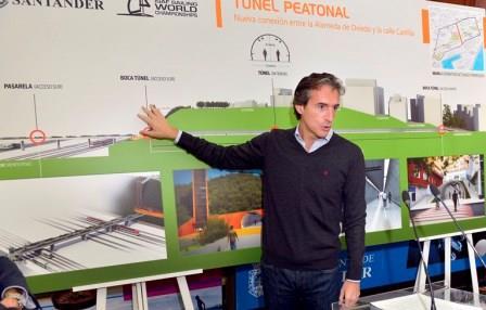 El alcalde de Santander, Iñigo de la Serna, apunta a la infografía. FOTO: Ayuntamiento de Santander.